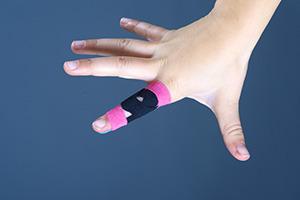 Tejpování prstů ruky