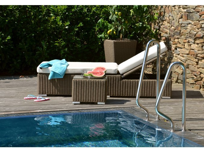 Ratanový zahradní nábytek stolek od lehátka