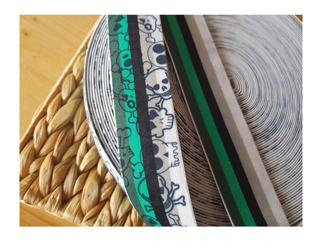 Guma plochá - oboustranná s lebkami 4cm zelená