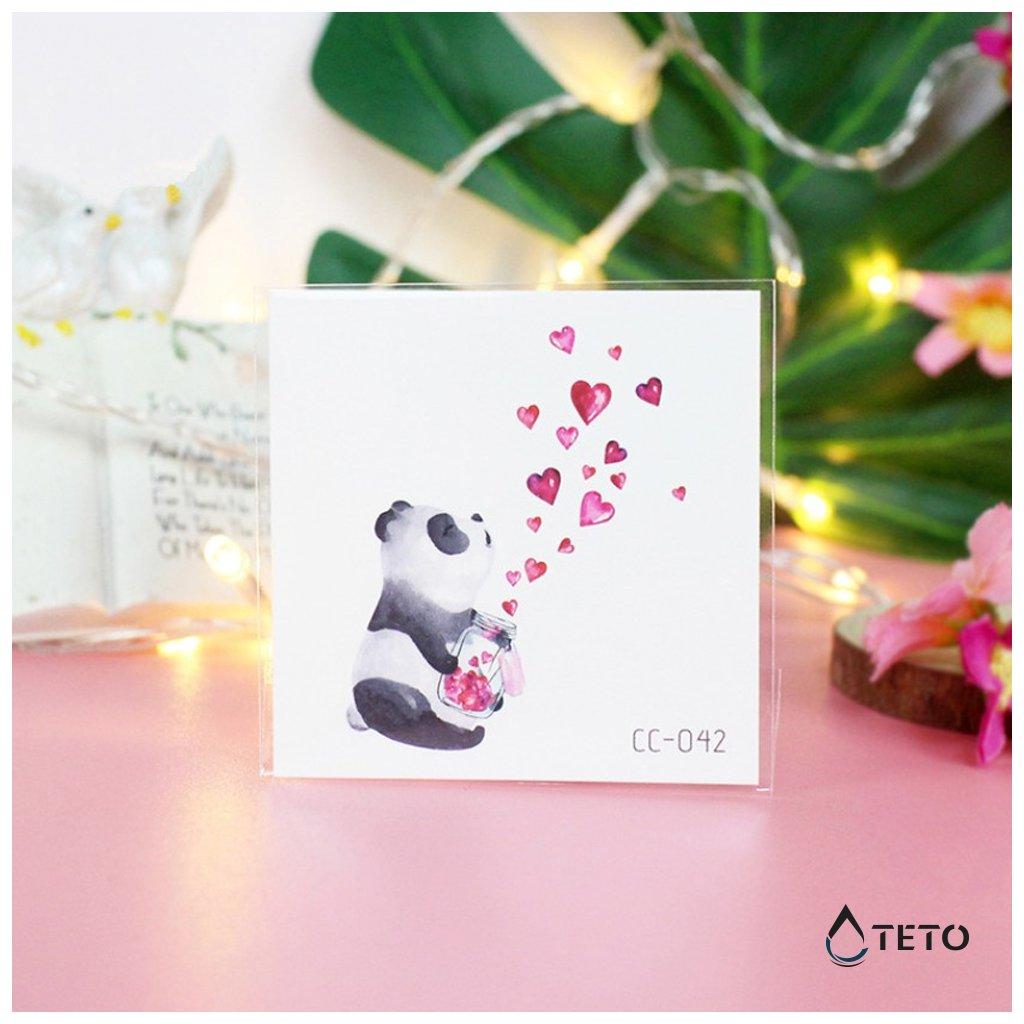 Panda se srdíčky