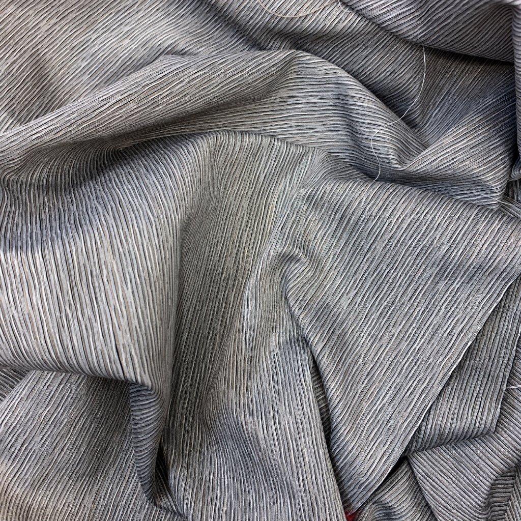 Chladně šedivý kus, vlnky