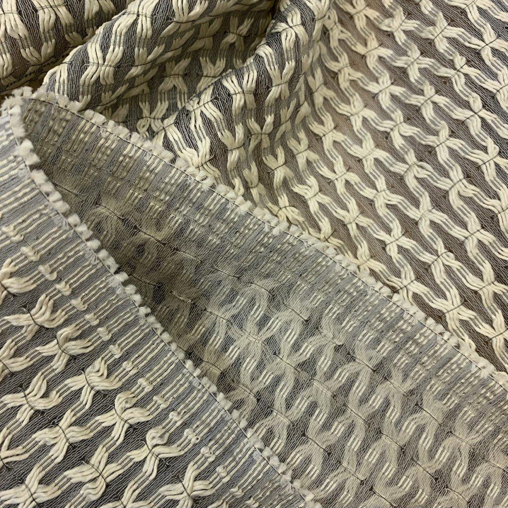 Průhledná záclonovina s plastickým vetkaným vzorem