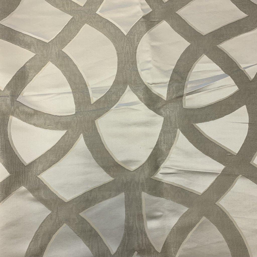 Stříbrný mix hedvábí a syntetických vláken s ornamentálním vzorem