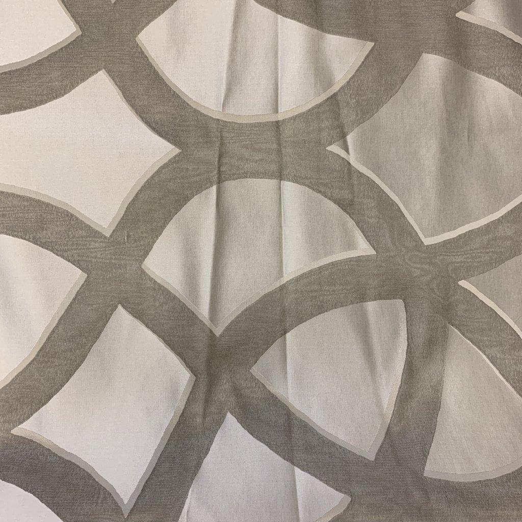 Stříbrný mix hedvábí a syntetických vláken s ornamentálním vzorem 2