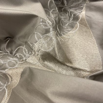 Lehký hedvábný taft, vyšívaná abstrakce 2