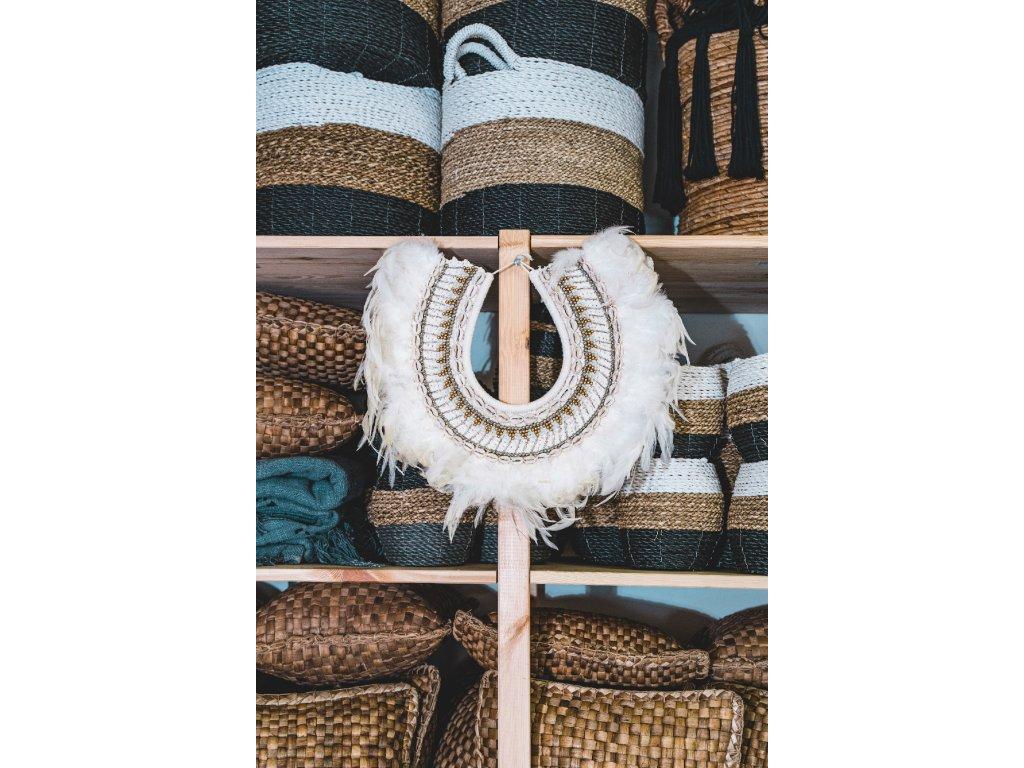 Tradiční závěsný balijský náhrdelník na kovovém stojanu - bílé peří