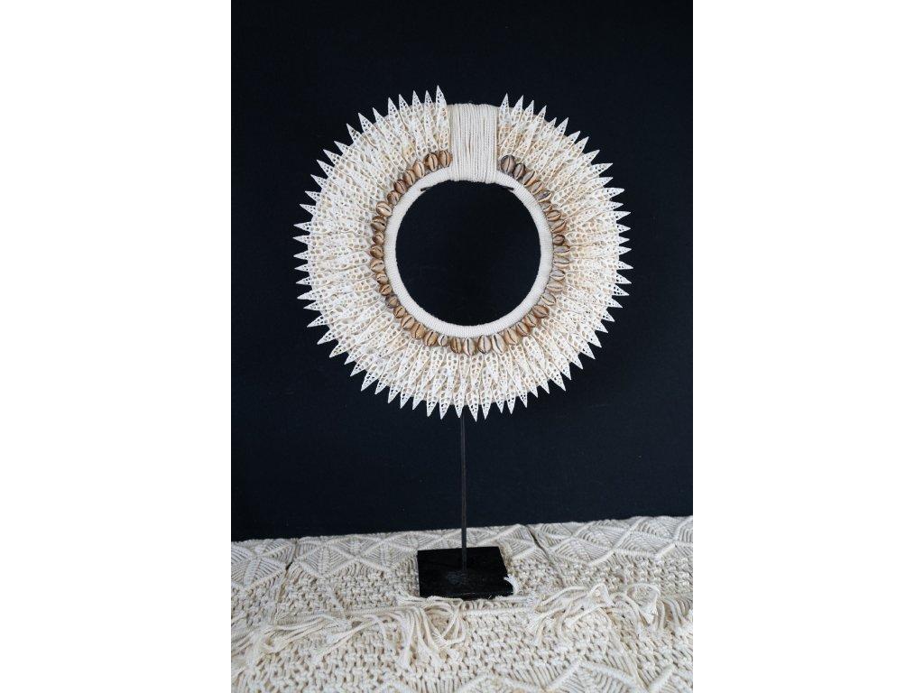 Závěsná dekorace na kovovém stojanu - drobné špičaté mušle