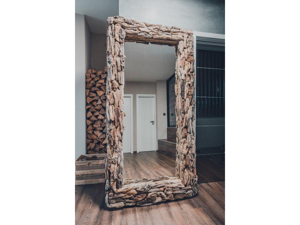 Velké zrcadlo v rámu