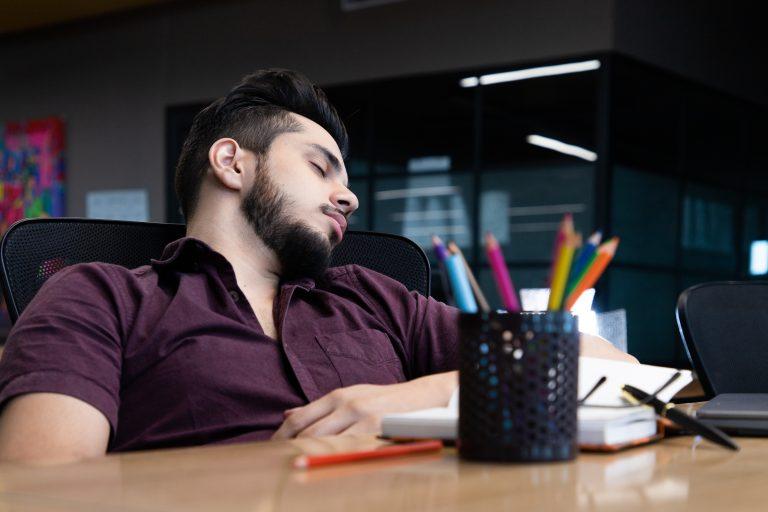 unavený muž spí v práci