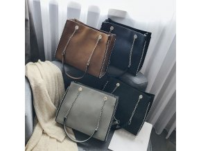 Kabelky - veľká kabelka cez rameno zdobená retiazkou - dámske kabelky - cestovné tašky