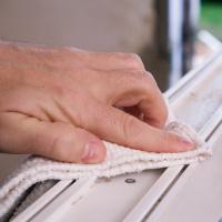 Očištění rámu před montáží pásky illbruck illmod trio+ TP652