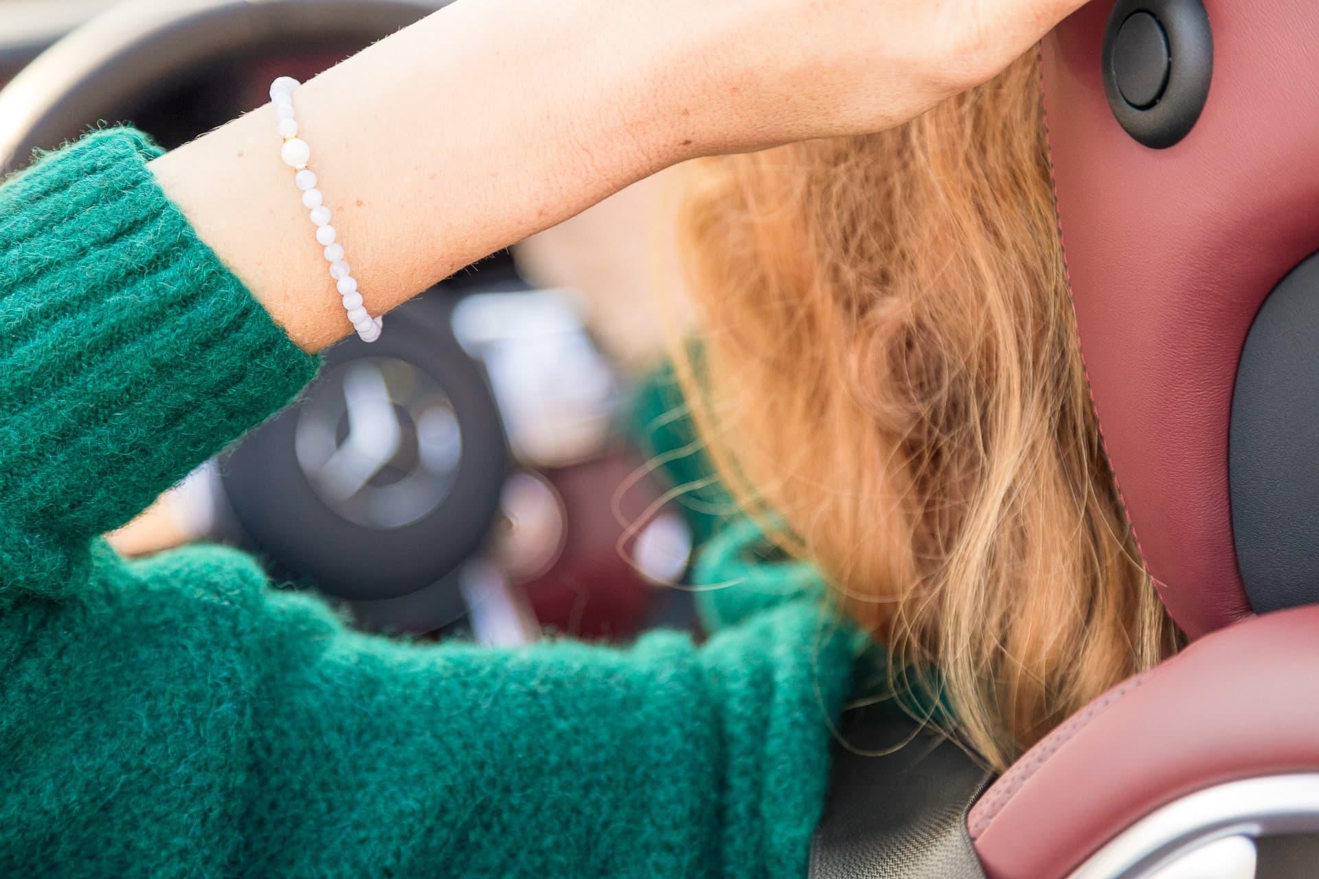 Dámský náramek Preciosa perly - Grey mist na ruce