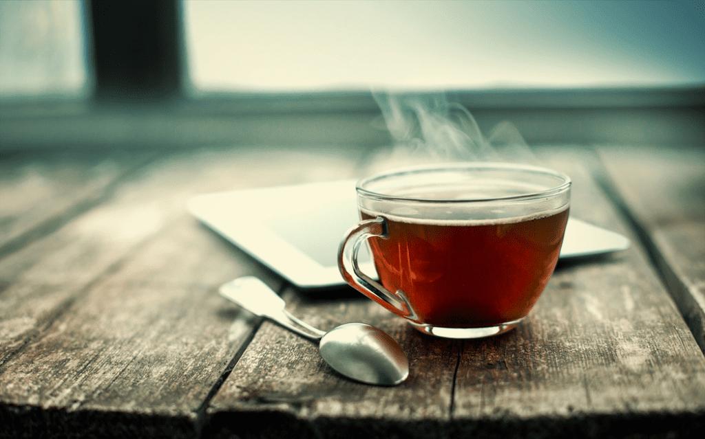 Čaj způsobuje skvrny na zubech. Použijte Toothy!