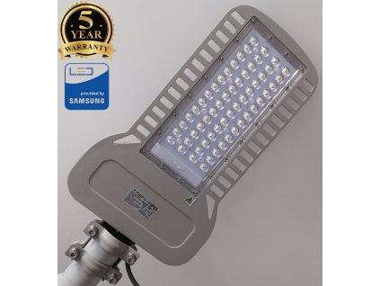 LED VO veřejné osvětlení V-tac 100W pouliční lampa šedé barva na sloup stožár s výložníkem o průměru do 60 mm. IP65 vodotěsné venkovní provedení. Levné LED svítidlo za akční nízkou cenu 890Kč. TopLux Praha skladem na prodejně.