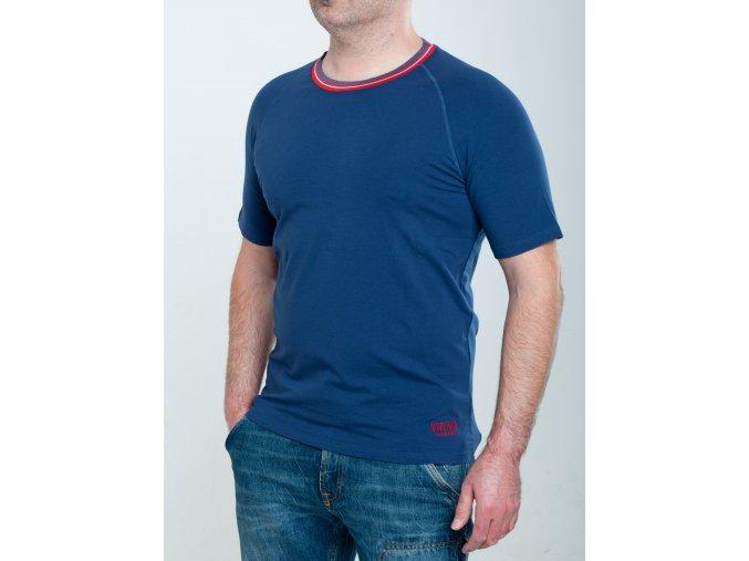 Tmavomodré tričko so zaujímavým límcom Moschino