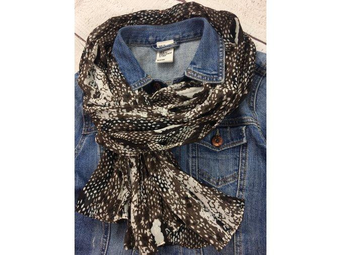 Hnědý šátek se vzorem