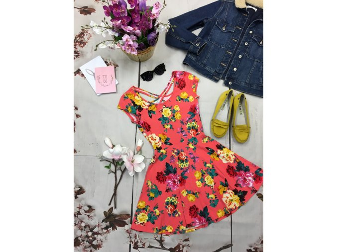 +Růžové kytkaté šaty