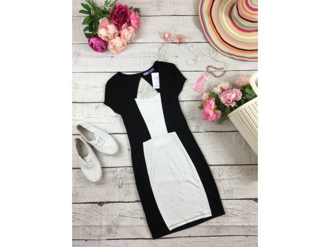 Černo-bílé šaty s volnými zády