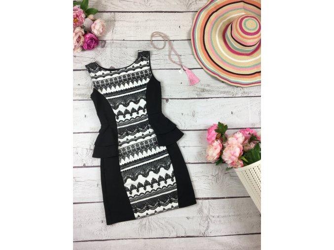 Černo-bílé šaty s volány na bocích