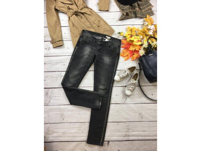 Šedé džíny se cvočky