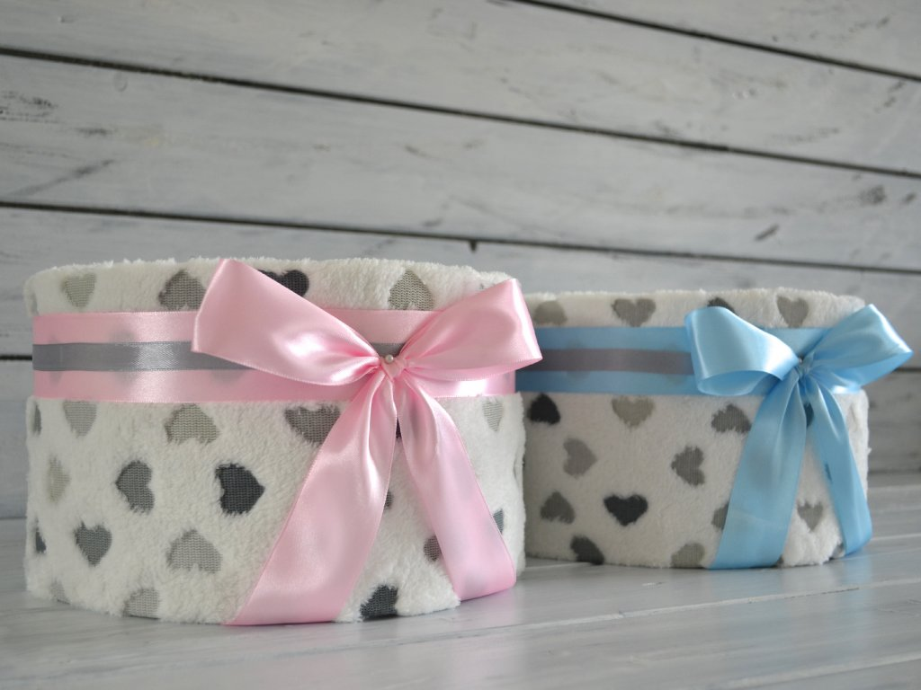 Jednopatrový plenkový dort III. se srdíčkovou dekou (Barva dortuNEdortu nebo vzor deky Pro chlapečka, Velikost Miminko se narodilo a jsou mu 3 měsíce)