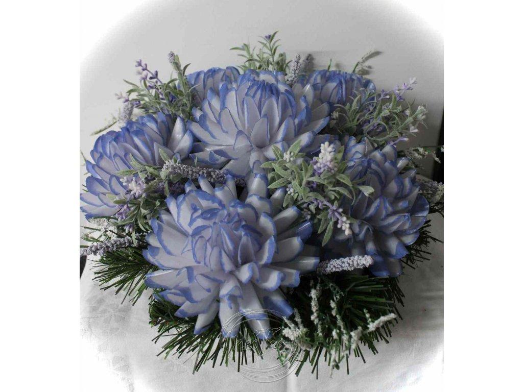 umelohmotný dušičkový veniec s voskovými kvetmi 1,3kg