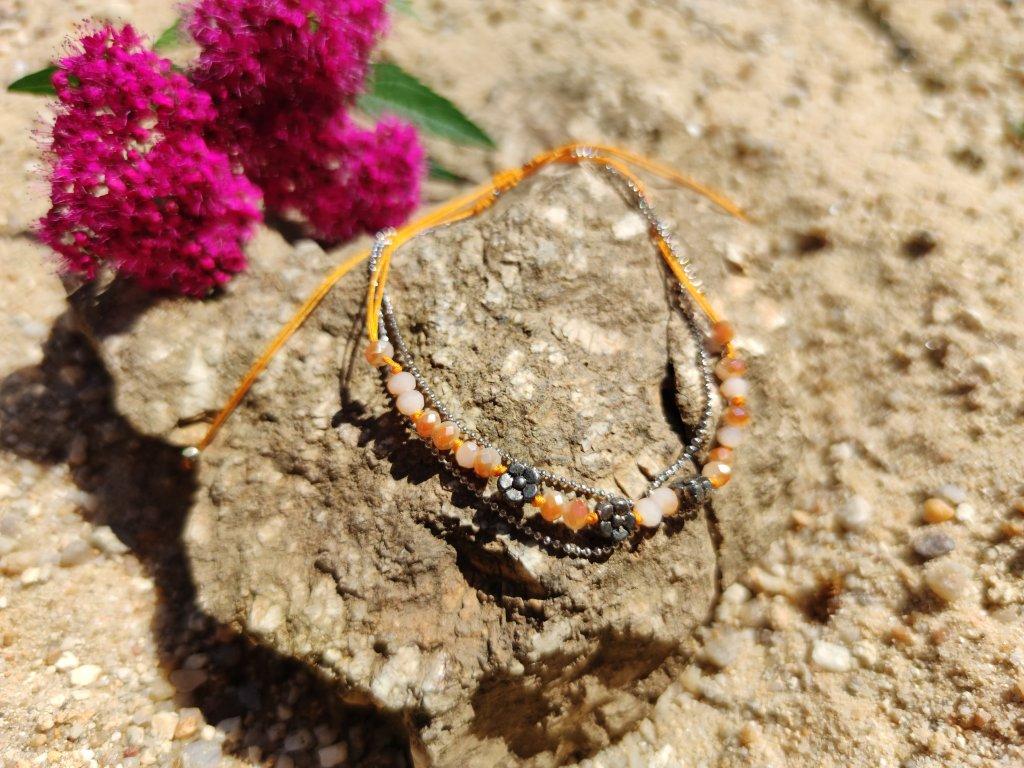 Levně Kotníkový náramek kytičky oranžový