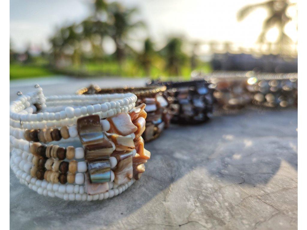 Korálkový náramek s perletí bílý