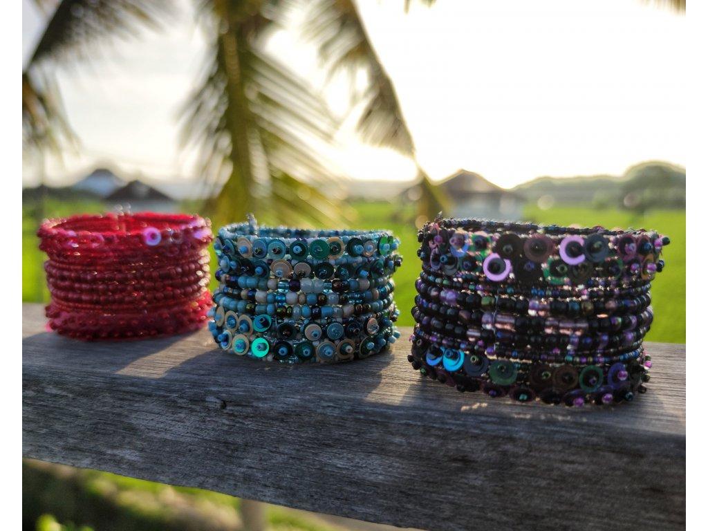 Korálkový náramek s flitry modro bílý