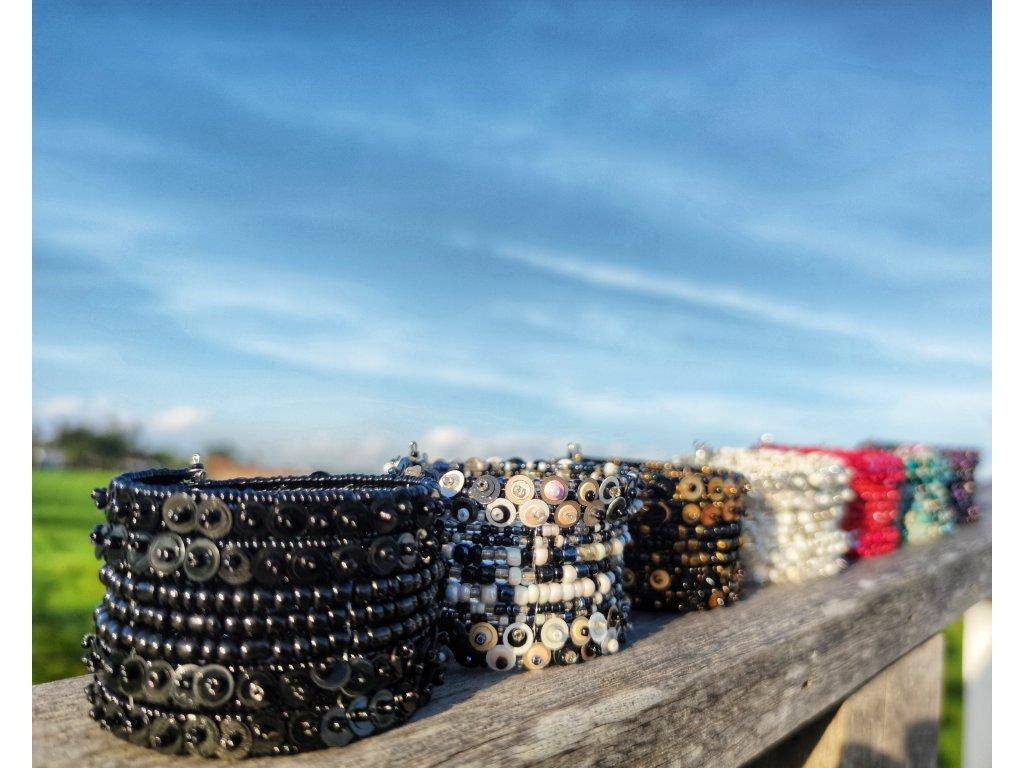 Korálkový náramek s flitry černý