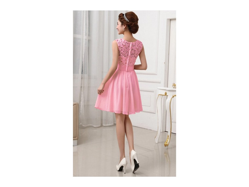 2fd903727 A Plesové šaty krátké s krajkou růžové MO736 - trendy-obleceni.cz