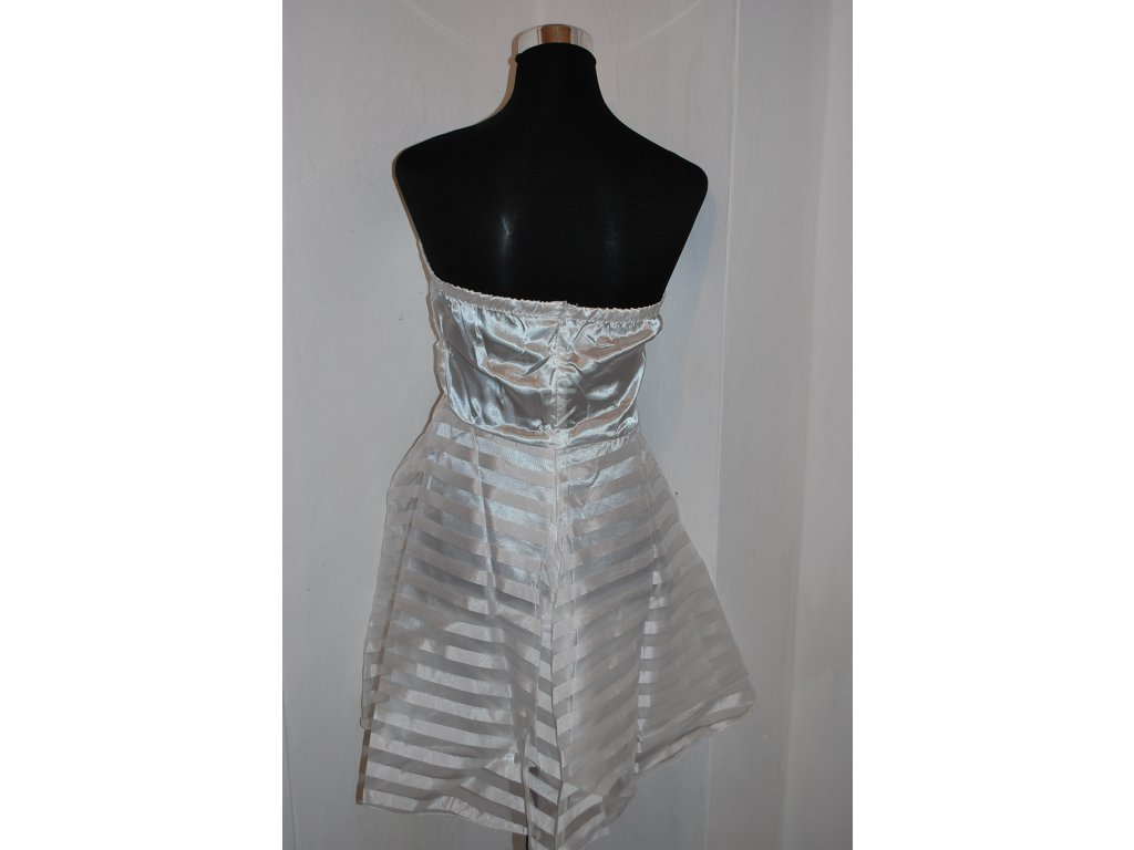 5739c283abb4 A Krátké bílé šaty s mašlí 0522 - trendy-obleceni.cz