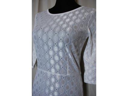 A Jednoduché bílé šaty s rukávem