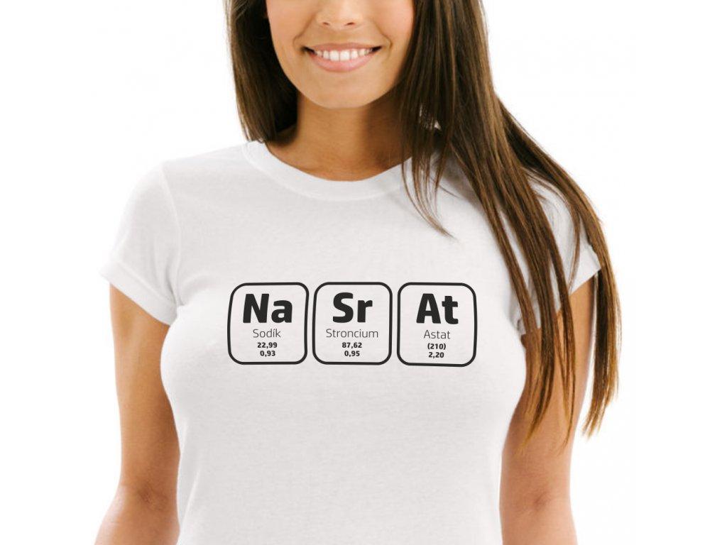 Dámské tričko s chemickým nápisem NaSrAt složený z chemické tabulky prvků bílé