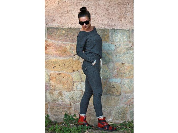 Oblečení a móda damska-moda-damske-obleceni-damske-kalhoty-a-kratasy-damske-teplaky-a-soupravy-damska-teplakova-souprava-stylova-pohodlna-bavlnena