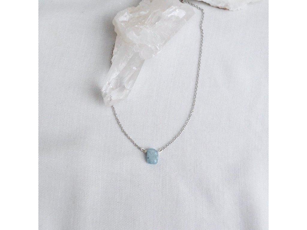 Stříbrný řetízek s kamenem podle znamení akvamarín ryby