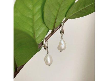 Stříbrné náušnice s přírodní perlou.