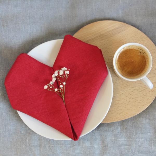 Valentýnské prostírání - jak složit z ubrousku srdce