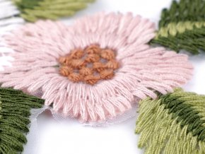 Vyšívaná aplikace květy na monofilu 7,5x13,5 cm