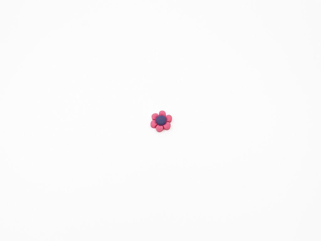 Aplikace květ plast červený (průměr1.5 x v0.5cm) 5Kč