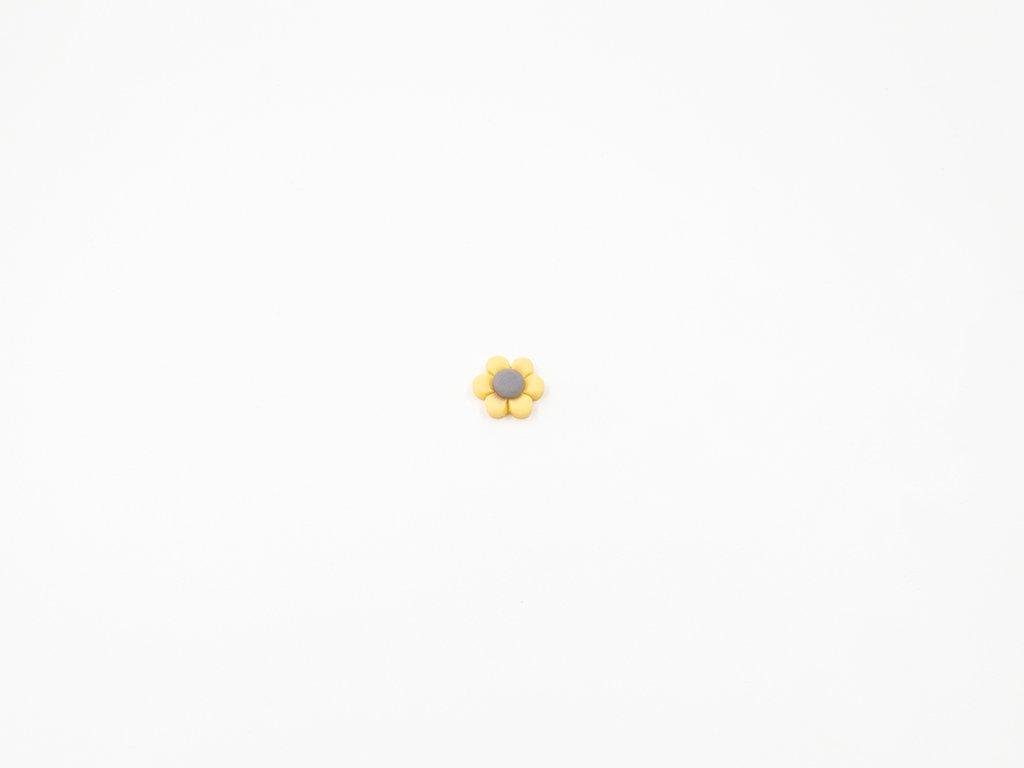 Aplikace květ plast krémová (průměr1.5 x v0.5cm) 5Kč