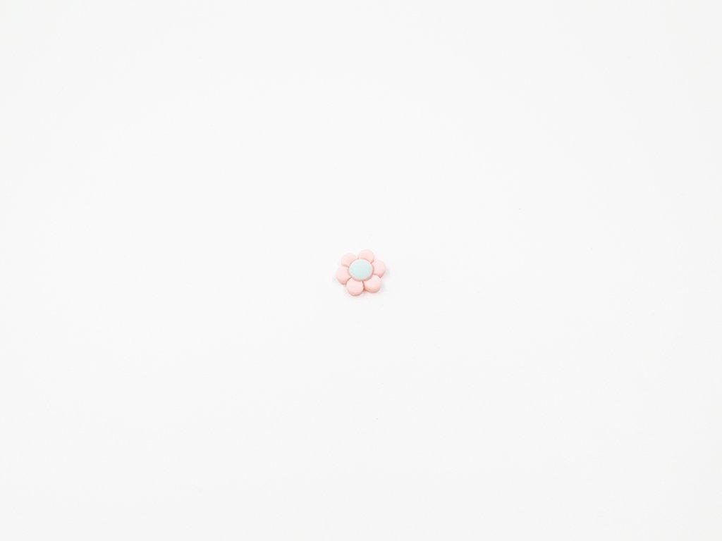 Aplikace plast květ krémově růžový (průměr 1.5 x v0.5cm) 5Kč