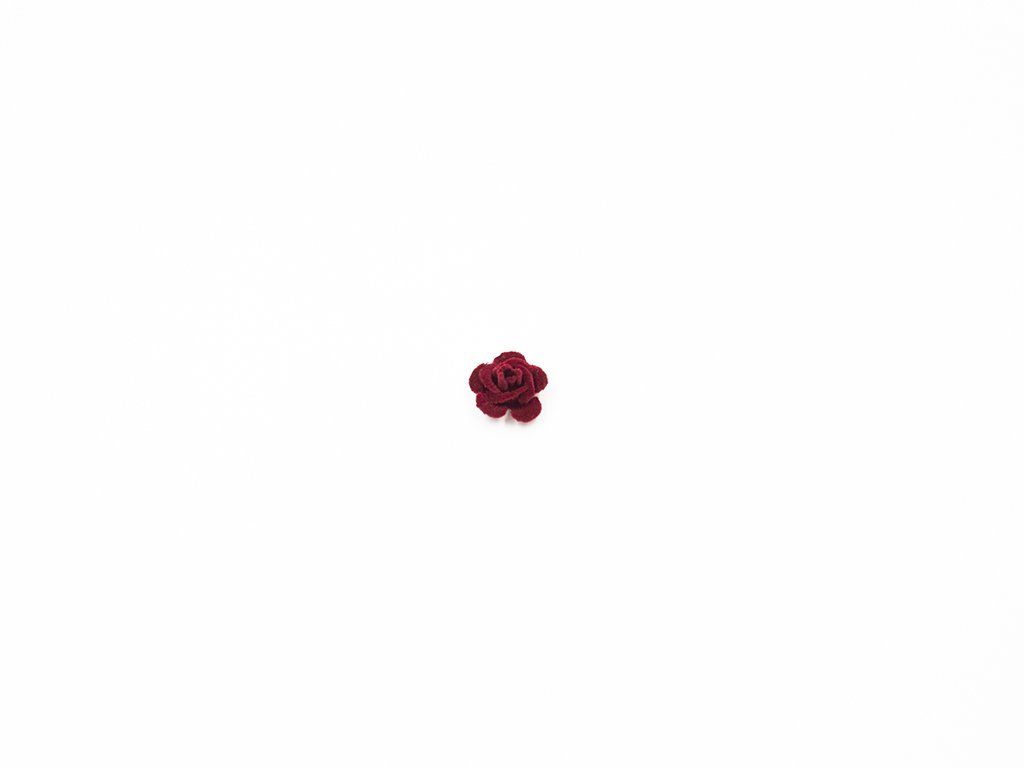 Květ kov samet vínový malý (průměr 1.5cm x hloubka 1cm) 5Kč