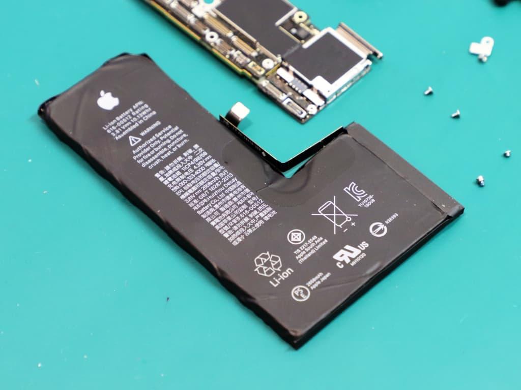 VAROVÁNÍ: Informační hláška - Výměna baterie u iPhonu XS a novějších..