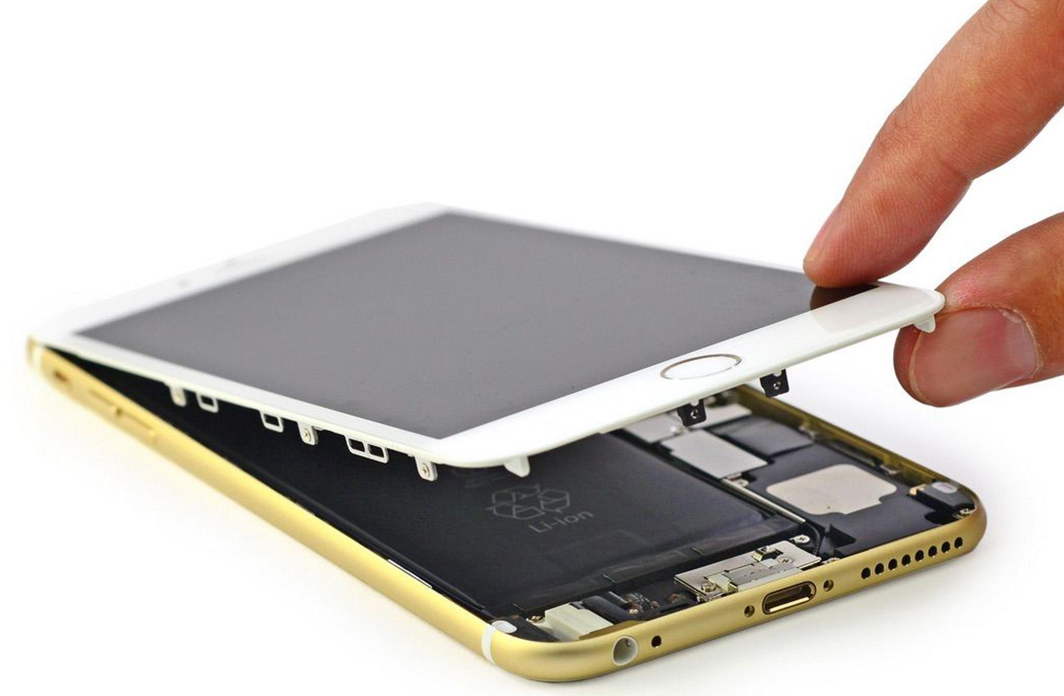 Výměna displeje na iPhonu? Nyní na počkání s dárkem zdarma!