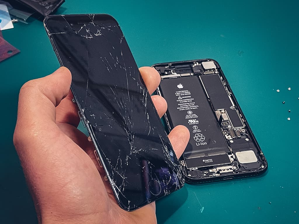 [AKTUÁLNĚ]: Výměna displeje, baterie či jiná oprava iPhonu..