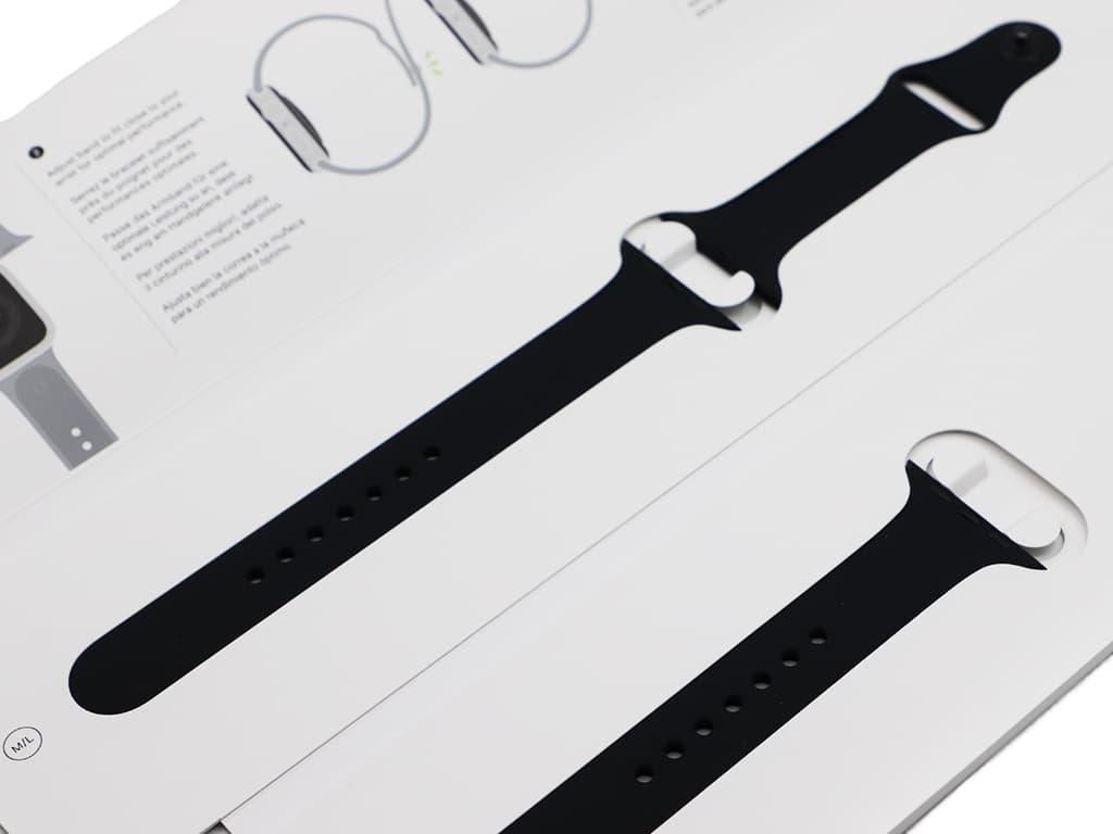 Originální řemínek Sport na Apple Watch v černém provedení.