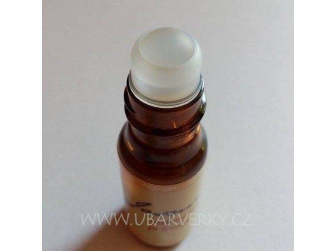 detail na kuličku parfému