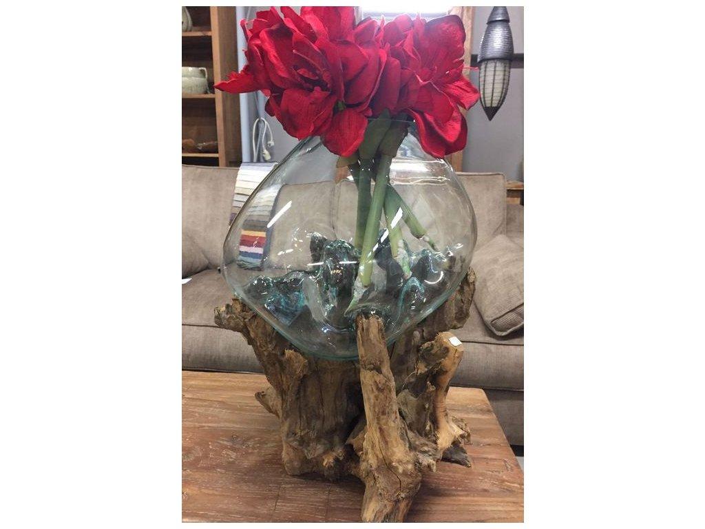 skleněná váza na naplaveném dřevě