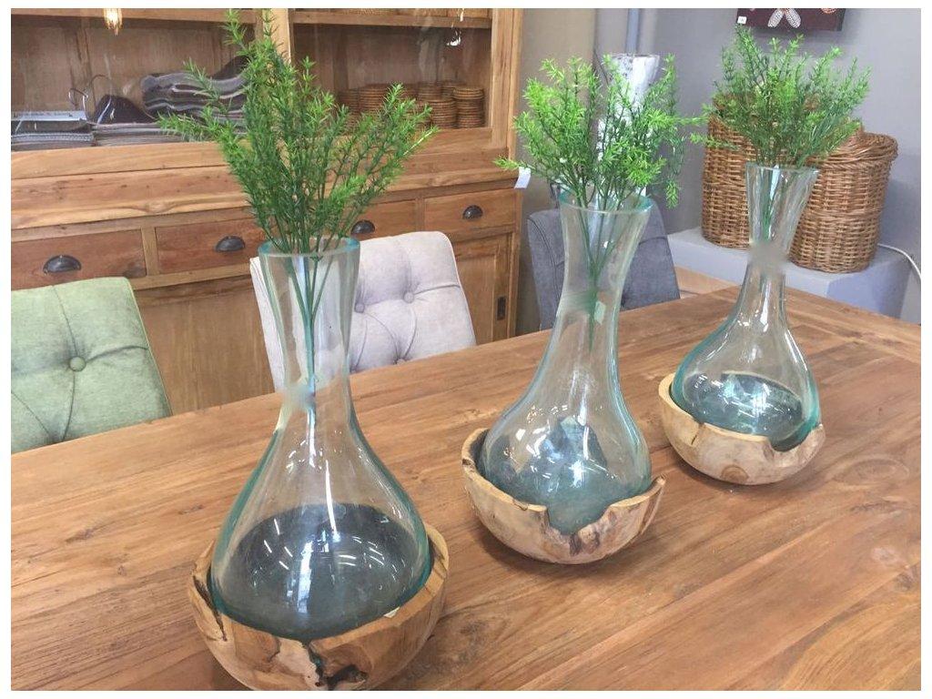 skleněná váza ve dřevě